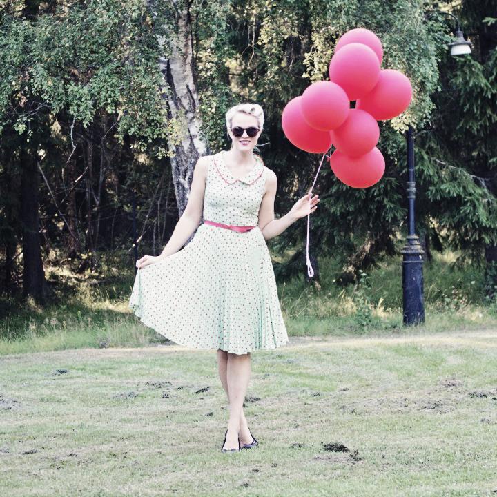 emmas vintage i prickig klänning och ballonger