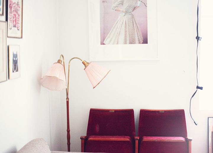 inredning vardagsrum tvåarmad lampa by emmas vintage