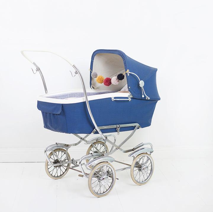 Amelia-vänta-barn_barnvagn-retro-garnbollar-stående