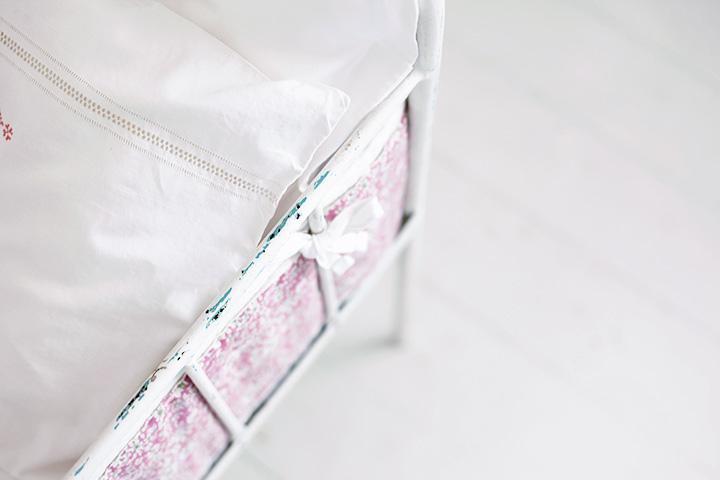 bebissäng vintage spjälsängsskydd spjälsäng järnsäng örngott emmasvintage