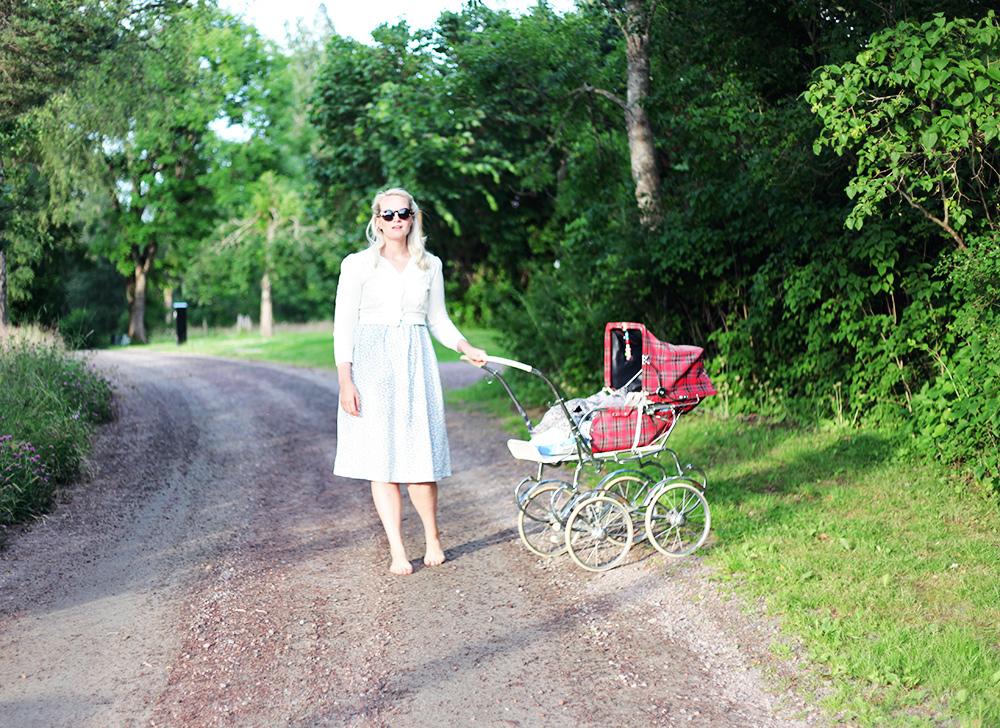 barnvagn retro sommar värmland barfota