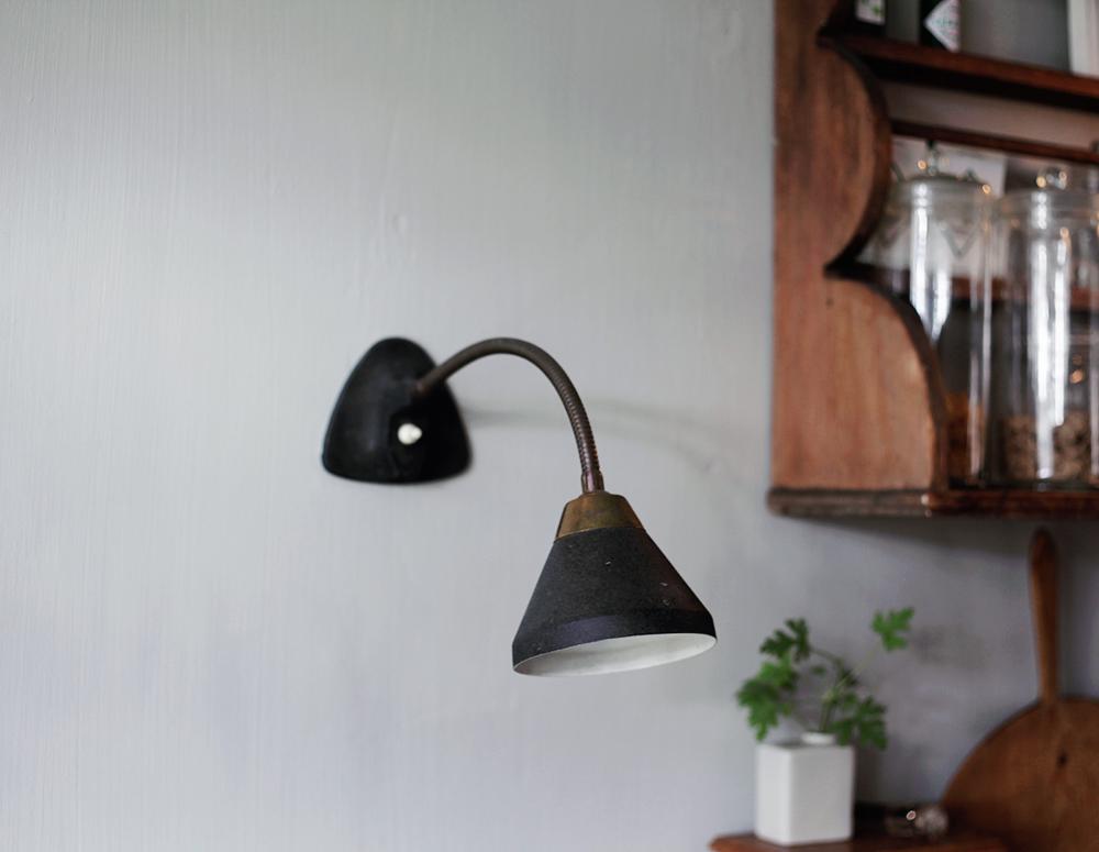 kök inredning tallrikshylla lampa