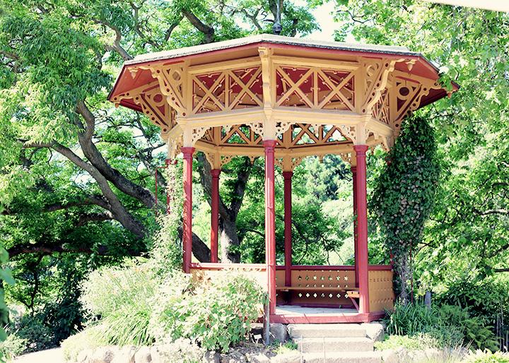 Gotland guide tips semester visby rosor botaniska trädgården