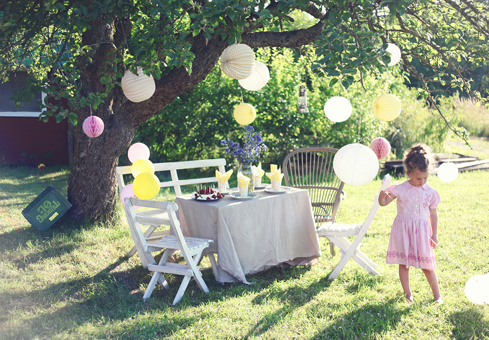 barnkalas idéer jordgubbstårta torp trädgård äppelträd fest barn