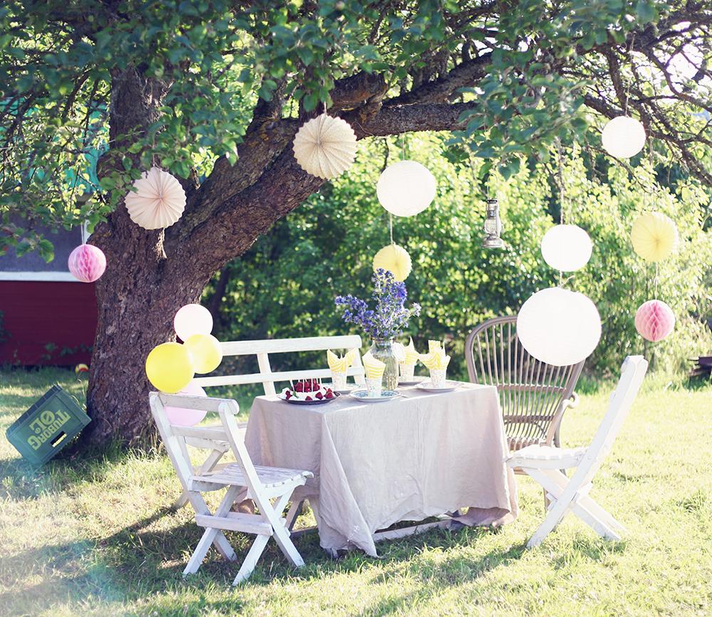 barnkalas idéer jordgubbstårta torp trädgård äppelträd fest