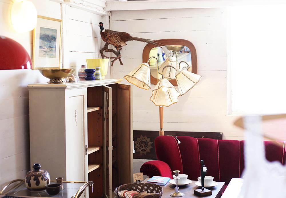 lyckliga gården gotland vintage antik loppis trearmad lampa soffa