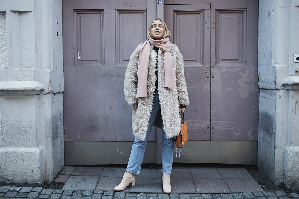 hanna_stefansson_white_coat_orange_bag_pink_door_1