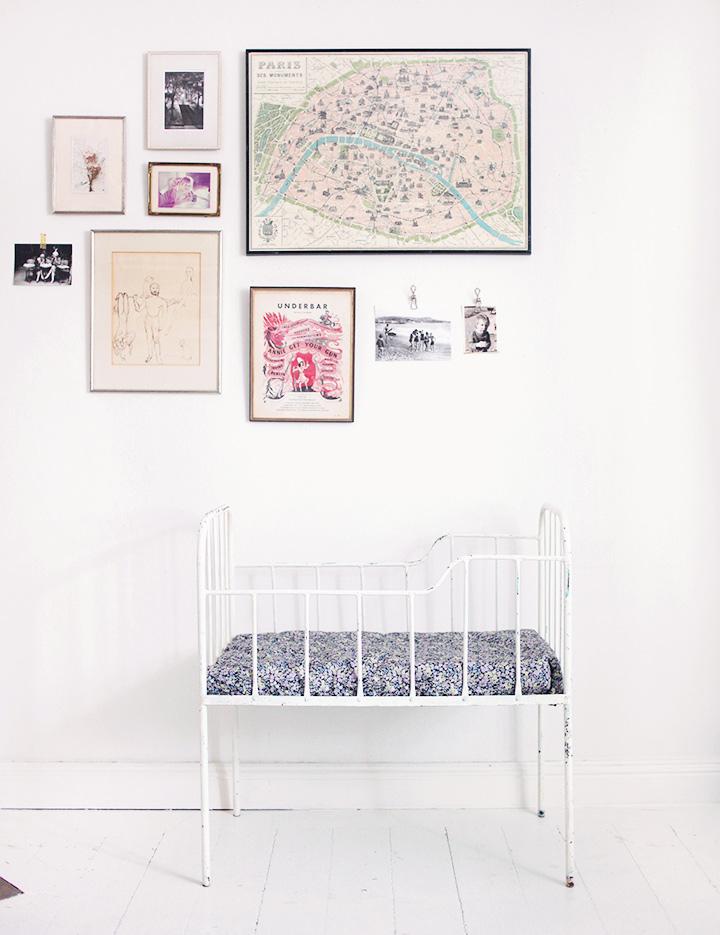 järnsäng bebissäng barnrum inredning säng vintage liberty