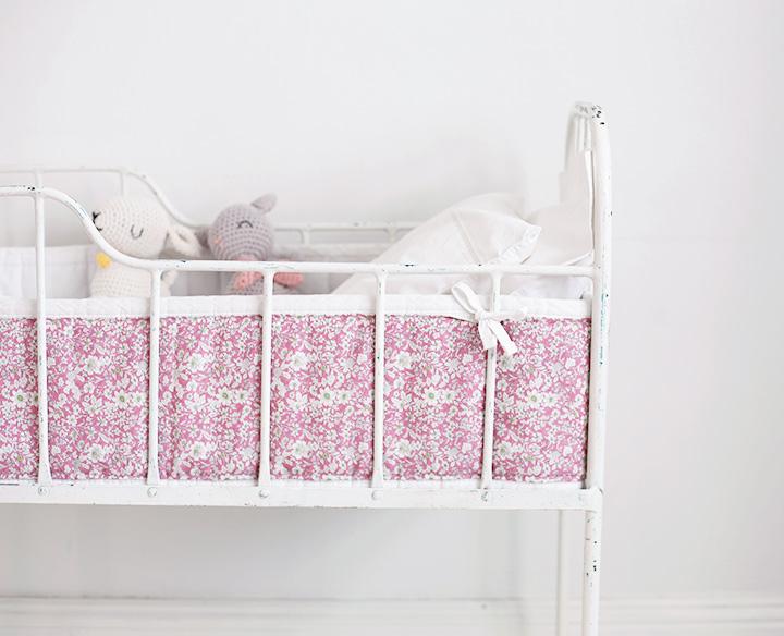 järnsäng bebissäng barnrum inredning säng vintage spjälsängsskydd