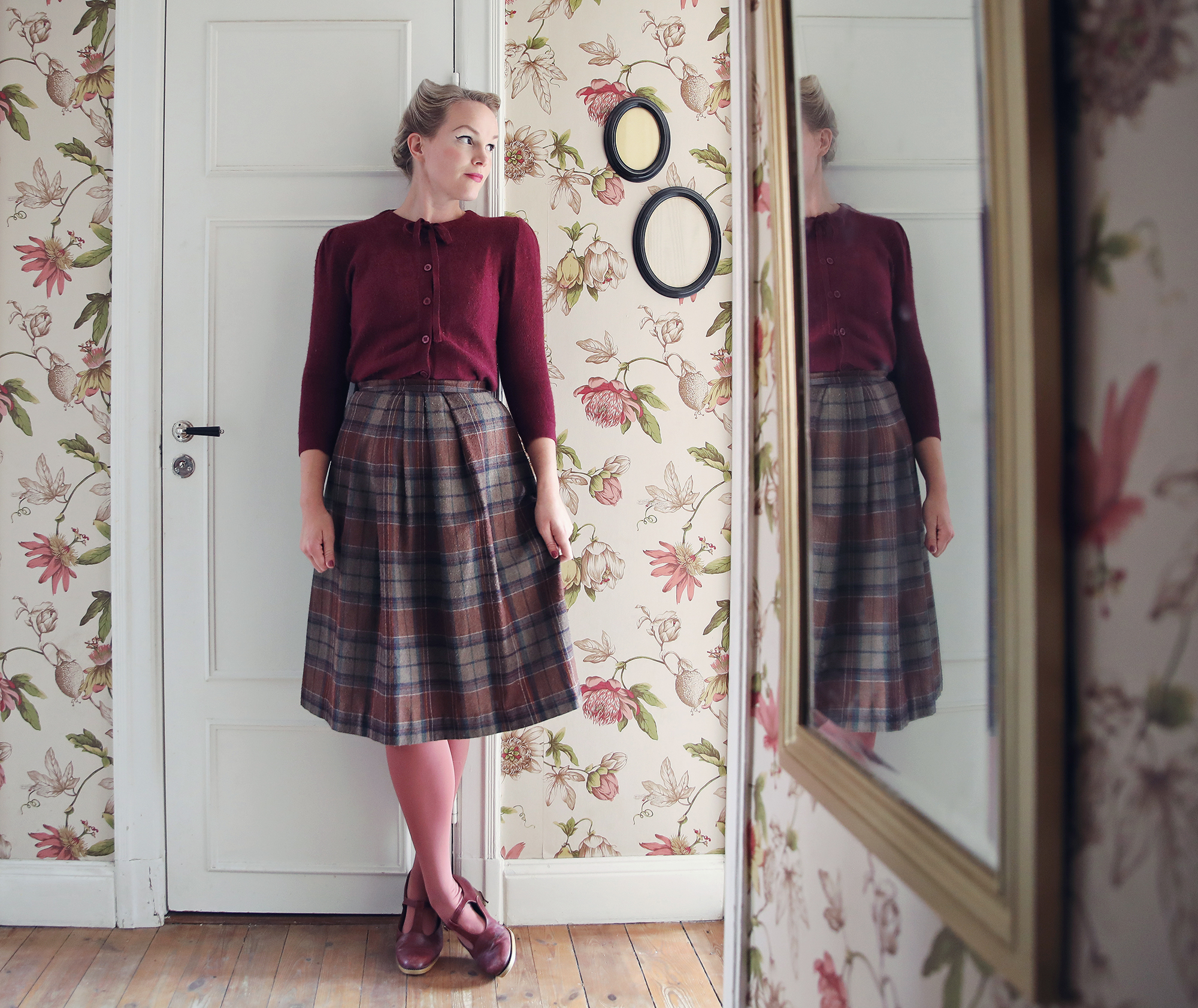 0fd266f4869 Den här hemmajobbar-onsdagen slöjar jag i vinröd kashmir från Emmaus vintage,  rutig kjol från Myrorna, rosa strumpbyxor från Lindex och snart  sönderälskade ...