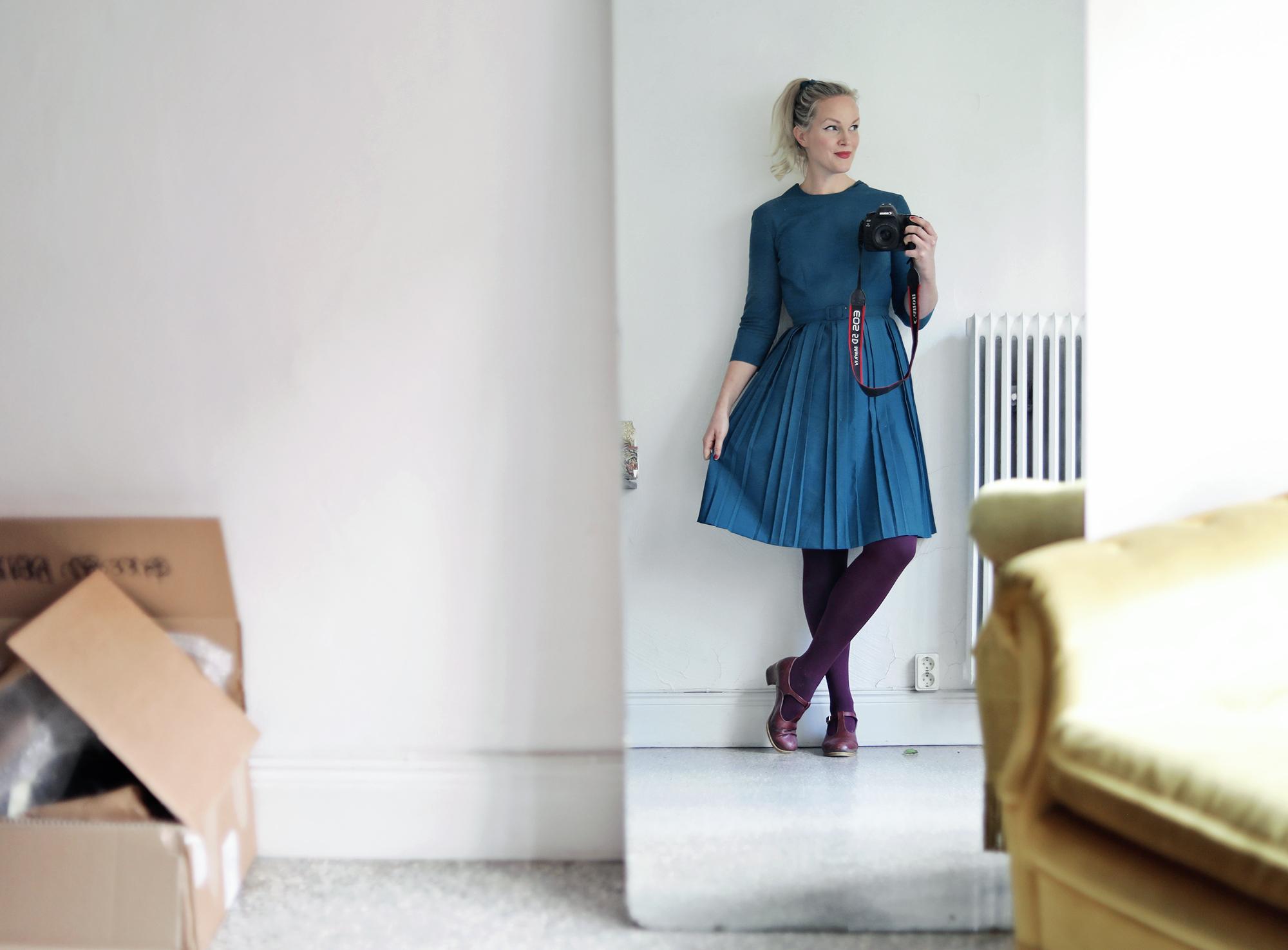 Bland flyttkartonger och lejongula fåtöljer i mitt tomma kontor. Iklädd  mitt senaste klännings-köp! Den här underbara blågröna klänningen har  tidigare ... 42fb281e33d72