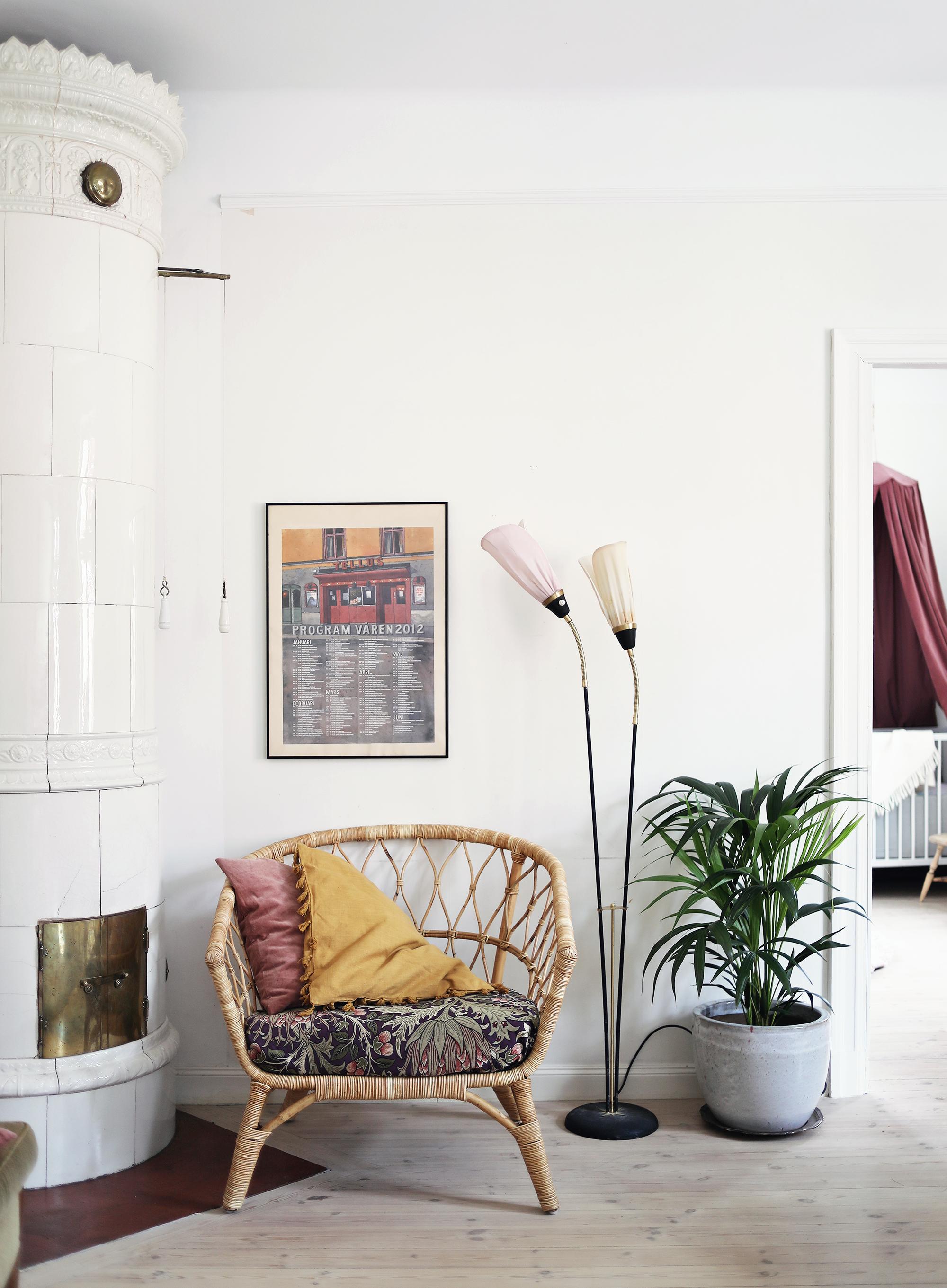 lägenhet sekelskifte lampa fåtölj rotting Ikea kakelugn