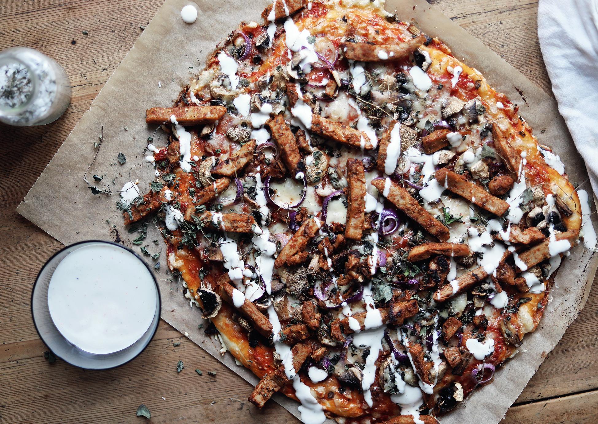 vegetarisk pizza kebabpizza recept vegetariskt lätt enkelt oumph kebab lök svamp champinjoner sås kebabsås vitlökssås by emmasvintage