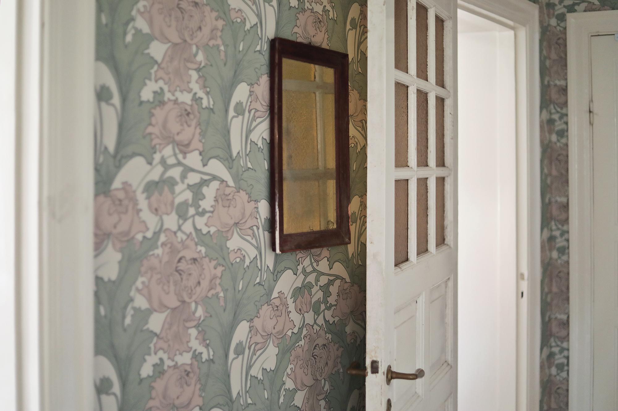 tapet tapeter wallpaper Boråstapeter Siri Anno inredning art nouveau blommor blommig dörr