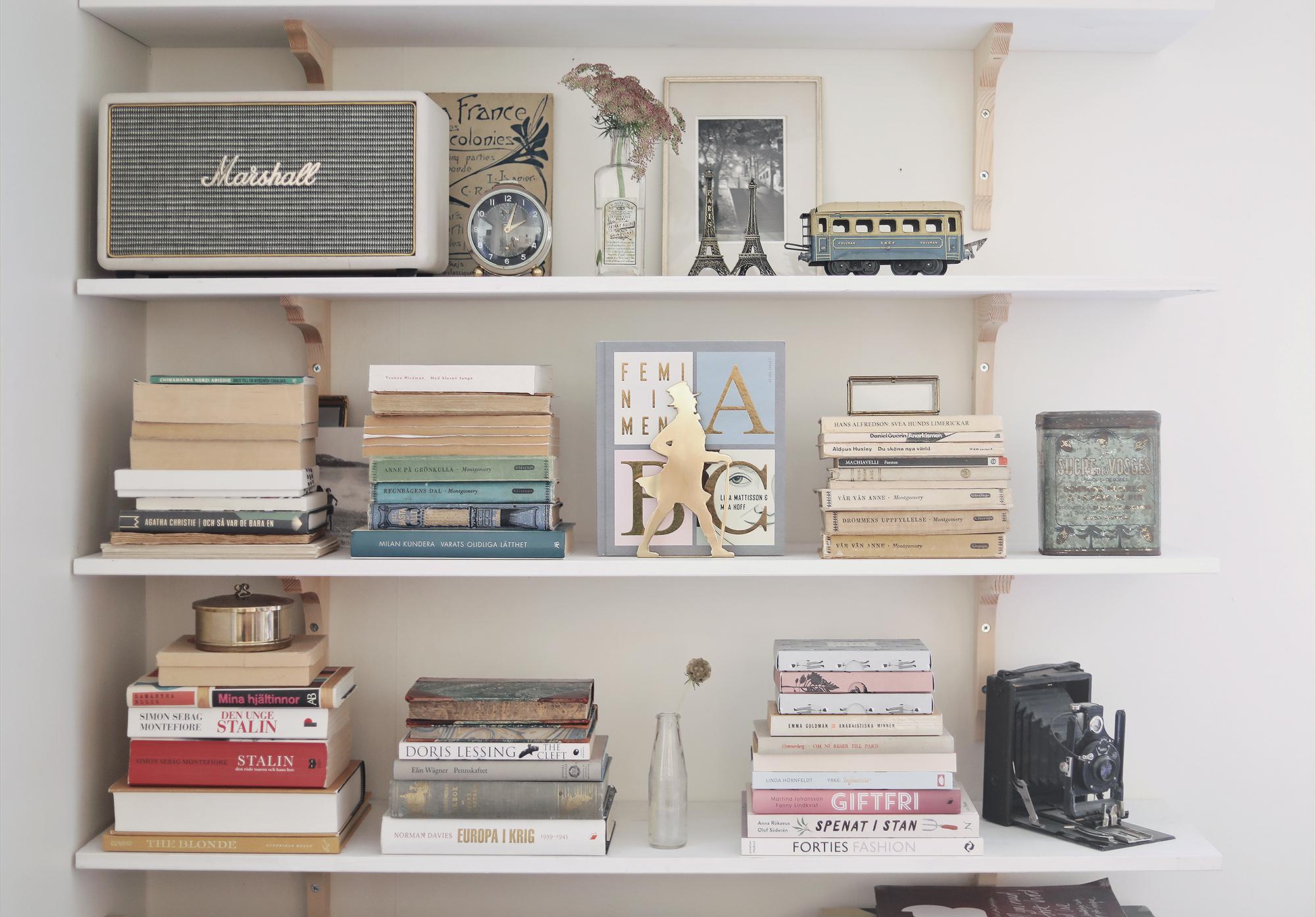 bokhylla bookshelf inredning interior books vintage Paris emmasvintage farbror blå Elsa beskow konsoler trä träkonsoler sekelskift