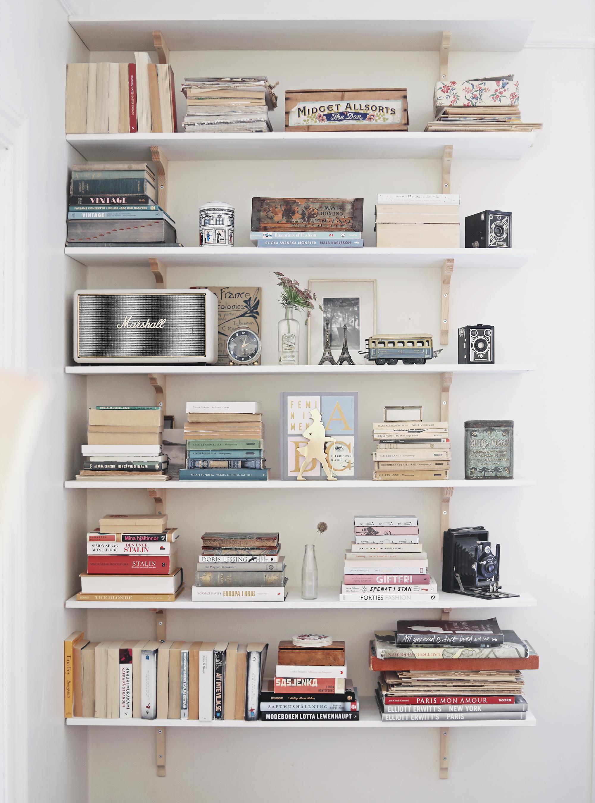 bokhylla bookshelf inredning interior books vintage Paris emmasvintage farbror blå Elsa beskow konsoler trä