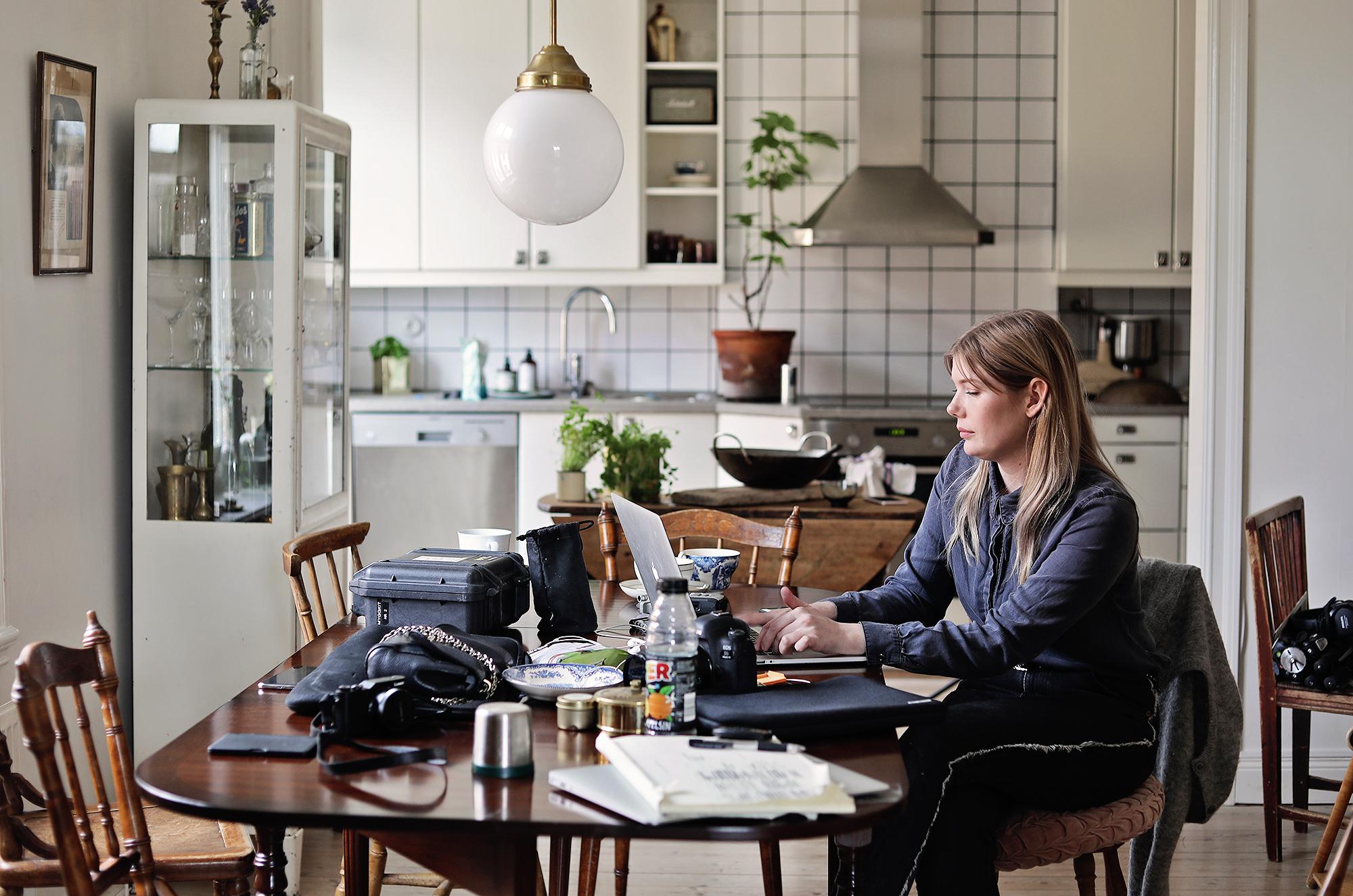 kök köksbord vintage Emily Dahl lampa svenska armaturer vardagsrum läkarskåp