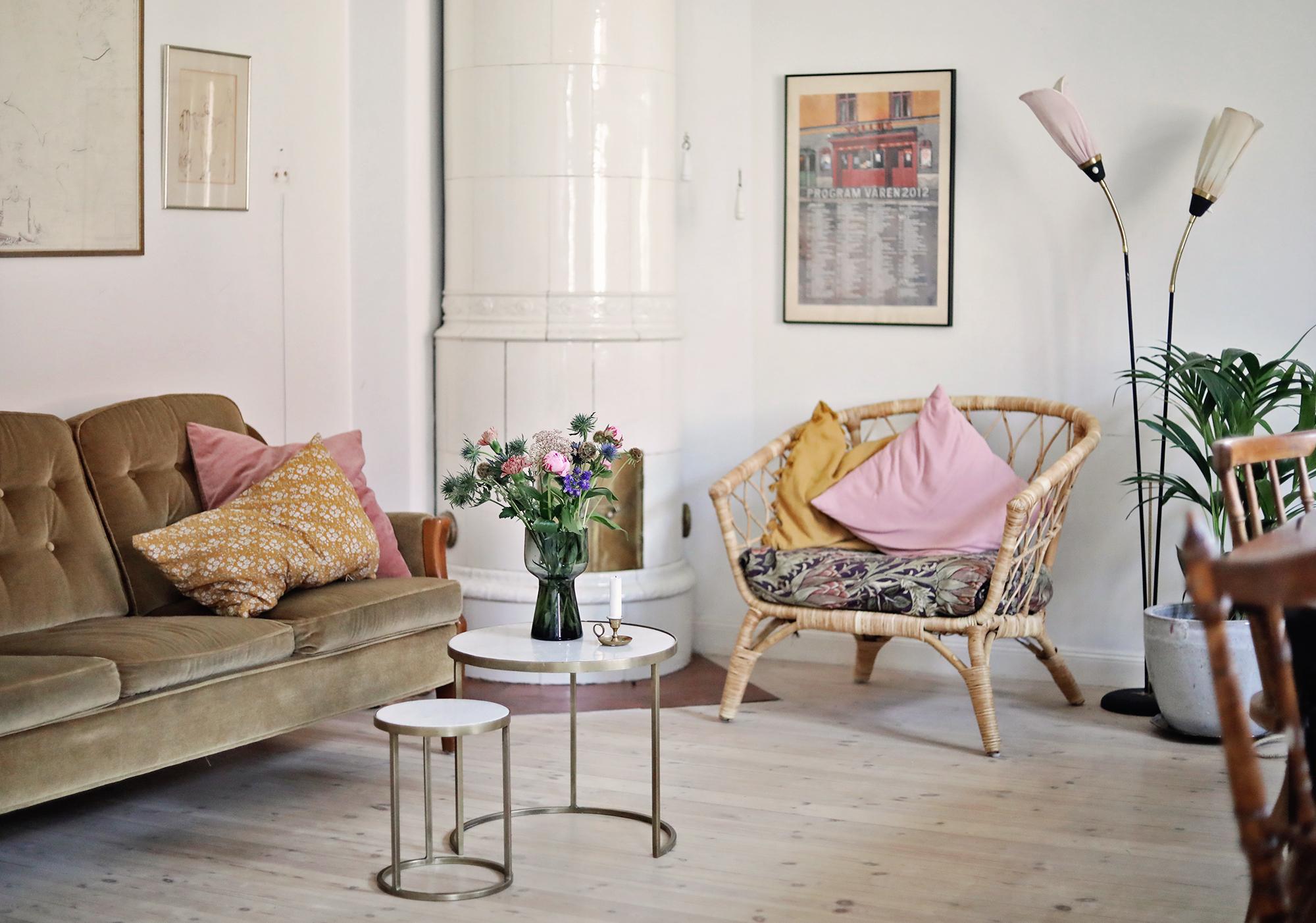 vardagsrum soffa kakelugn fåtölj retro tellus bio midsommarkransen