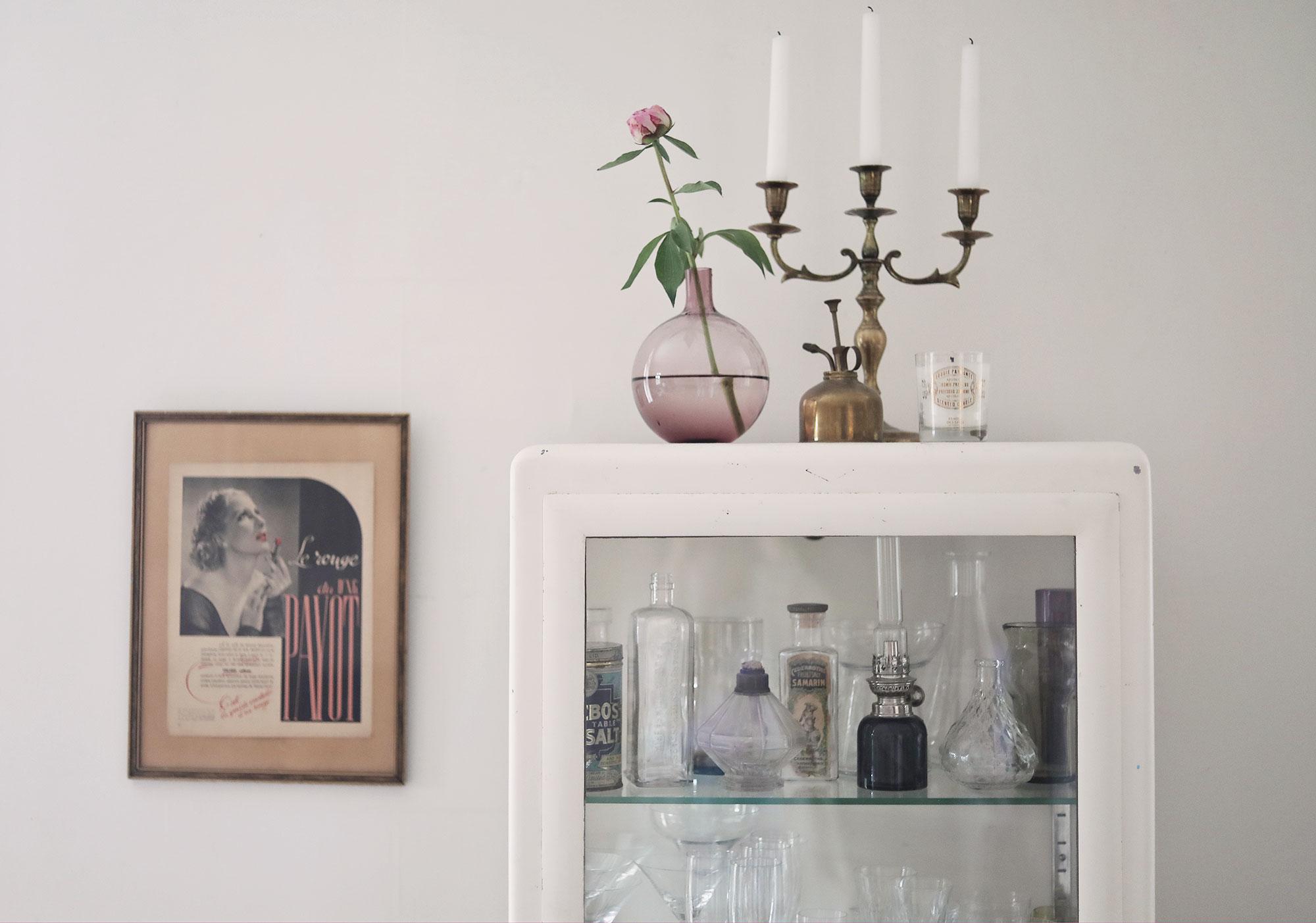 pion läkarskåp inrening blommor vintage vas mässing ljusstake