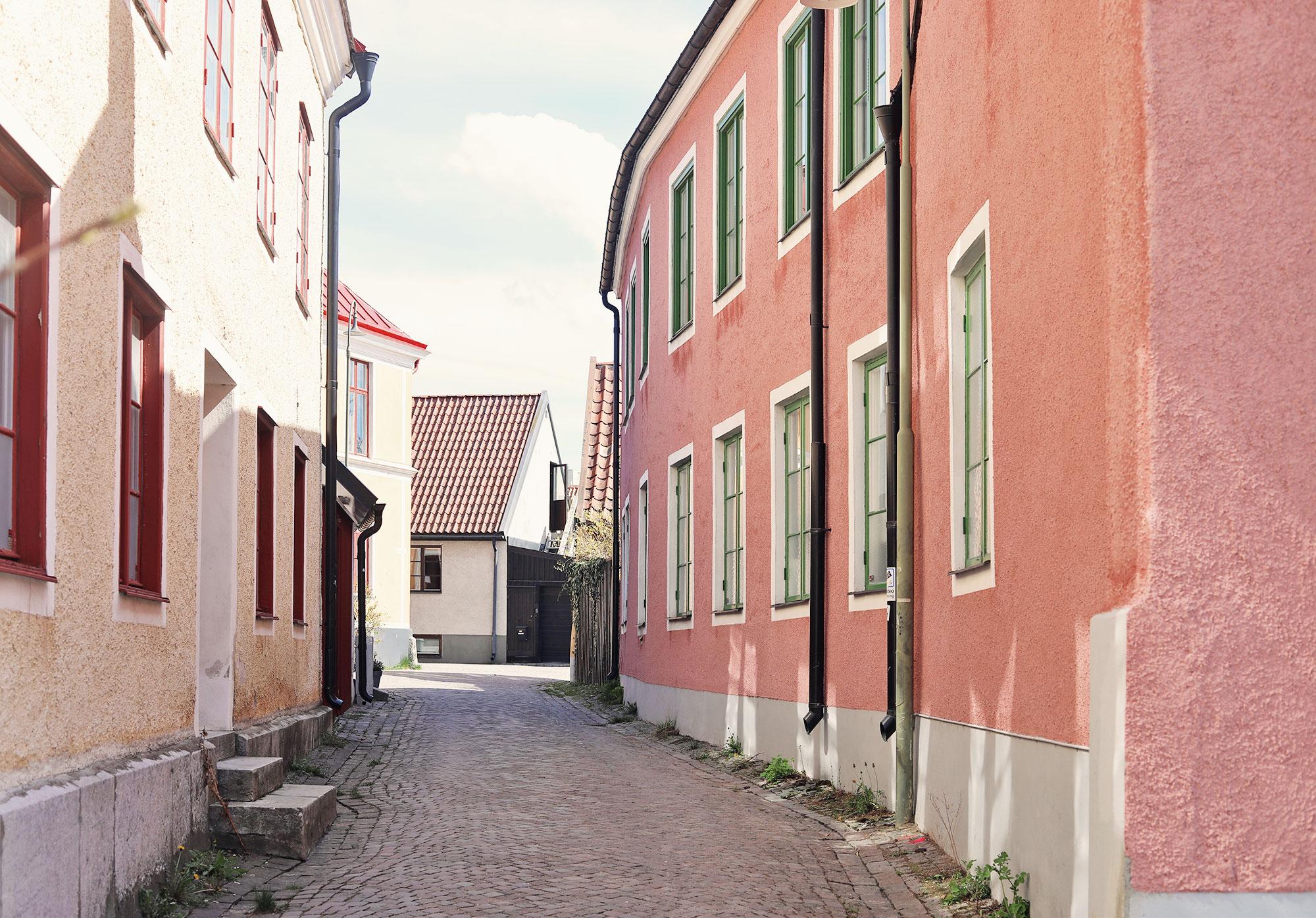 visby gotland vår hus rosa gränder gator