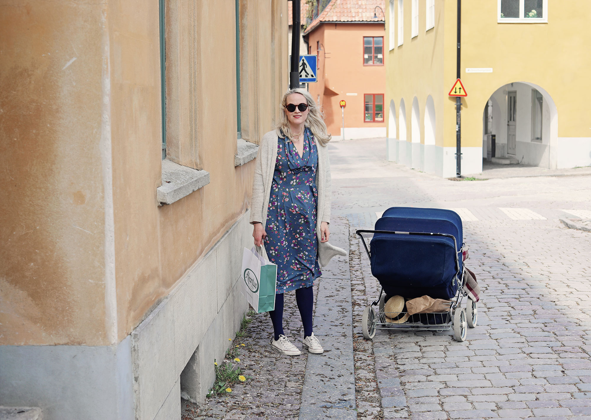visby gotland emma Sundh blommig klänning barnvagn