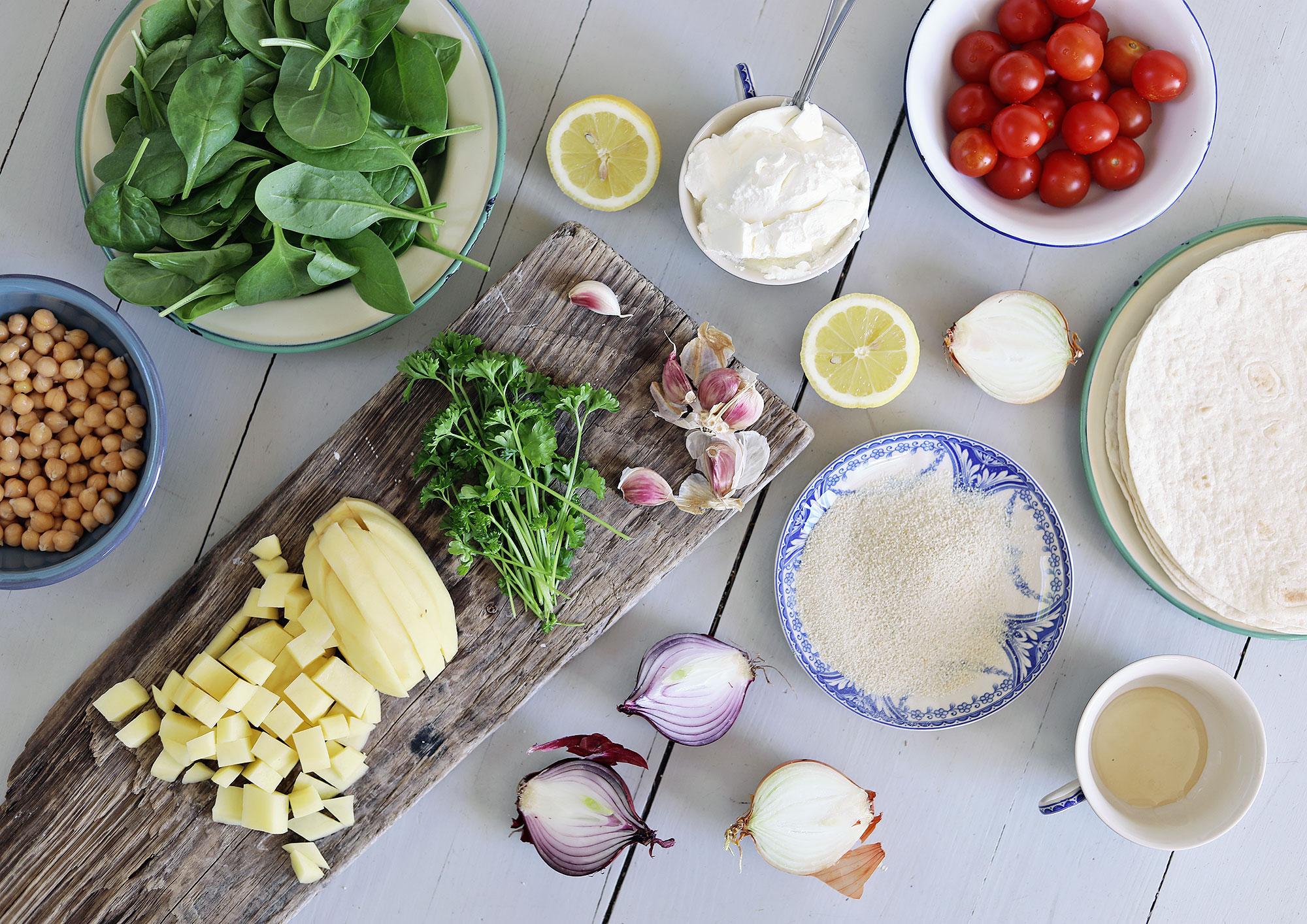kryddig falafel med chilipotatis, tomatsalsa och vitlöksyoghurt vegetariskt recept