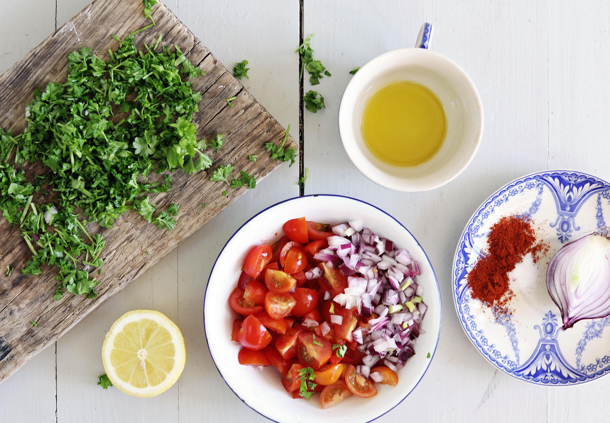 kryddig falafel med chilipotatis, tomatsalsa och vitlöksyoghurt vegetariskt recept enkel mat vego
