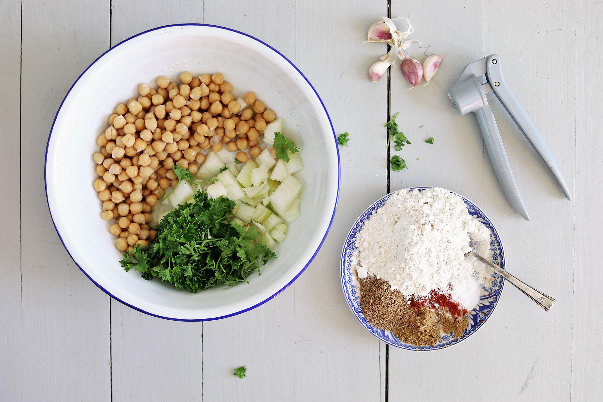 kryddig falafel med chilipotatis, tomatsalsa och vitlöksyoghurt vegetariskt recept enkel mat vego kikärtor klimatsmart
