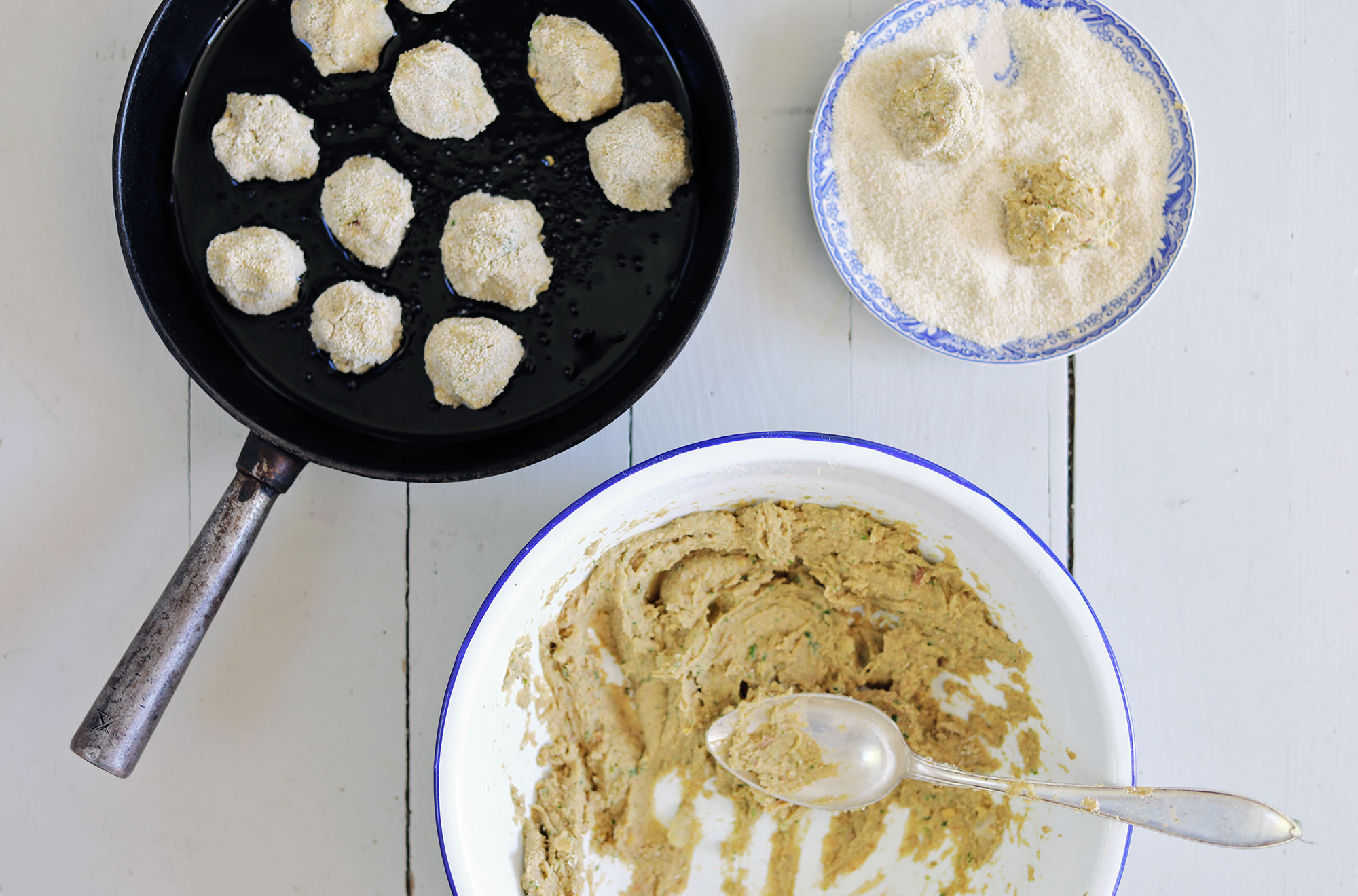 kryddig falafel med chilipotatis, tomatsalsa och vitlöksyoghurt vegetariskt recept enkel mat lättlagat