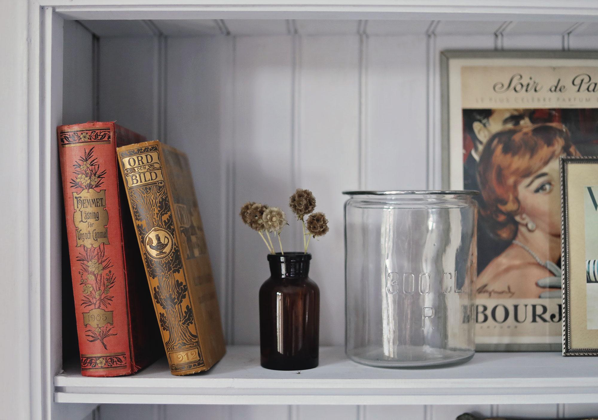 bokhylla sovrum emmasvintage inredning böcker torkade blommor vas