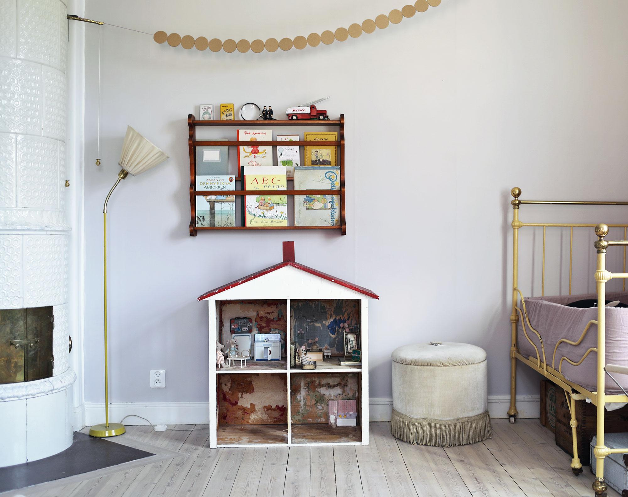 dockskåp vintage barnrum inredning girlang DIY