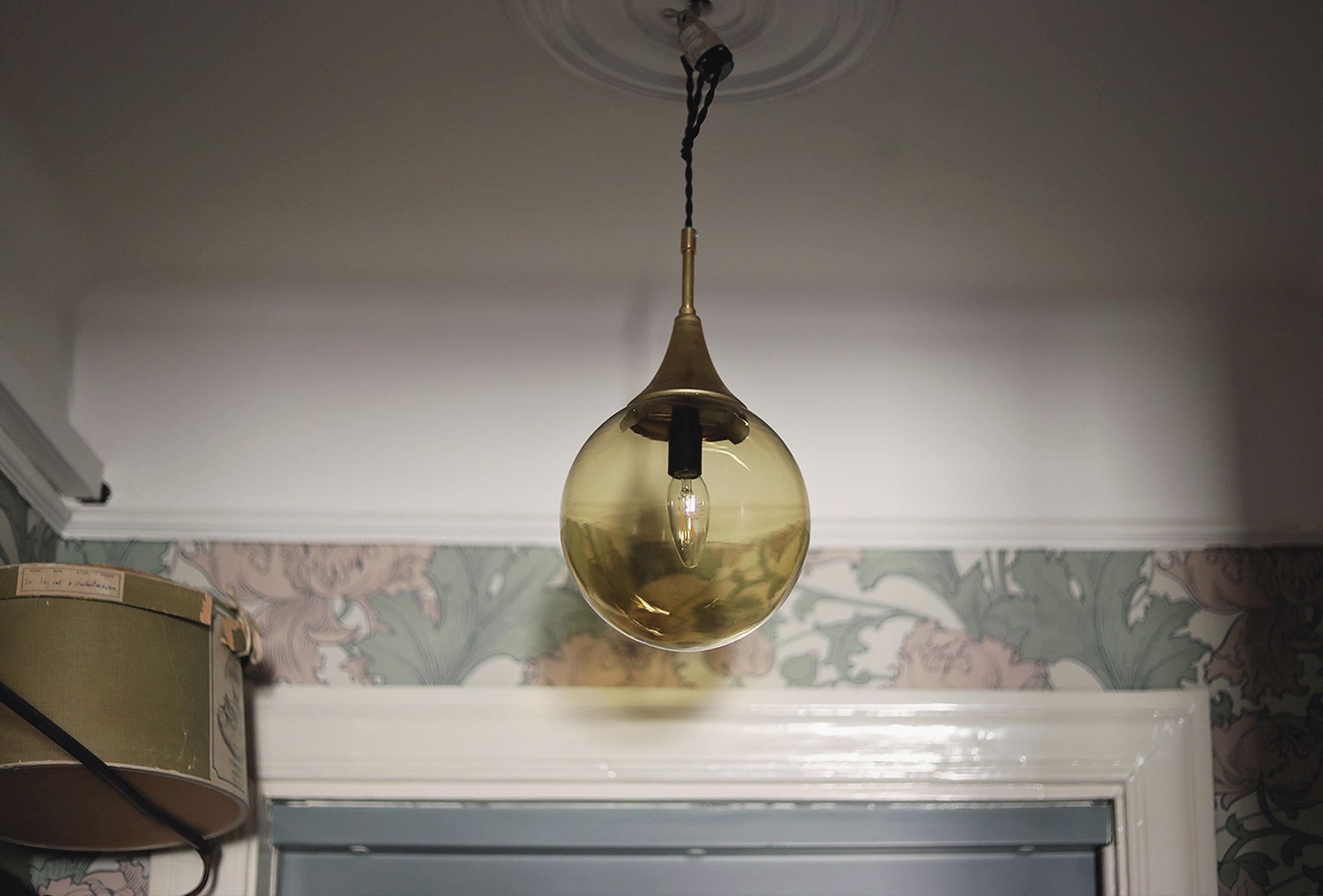 lampa vintage svenska armaturer inredning hall sekelskifte boråstapeter