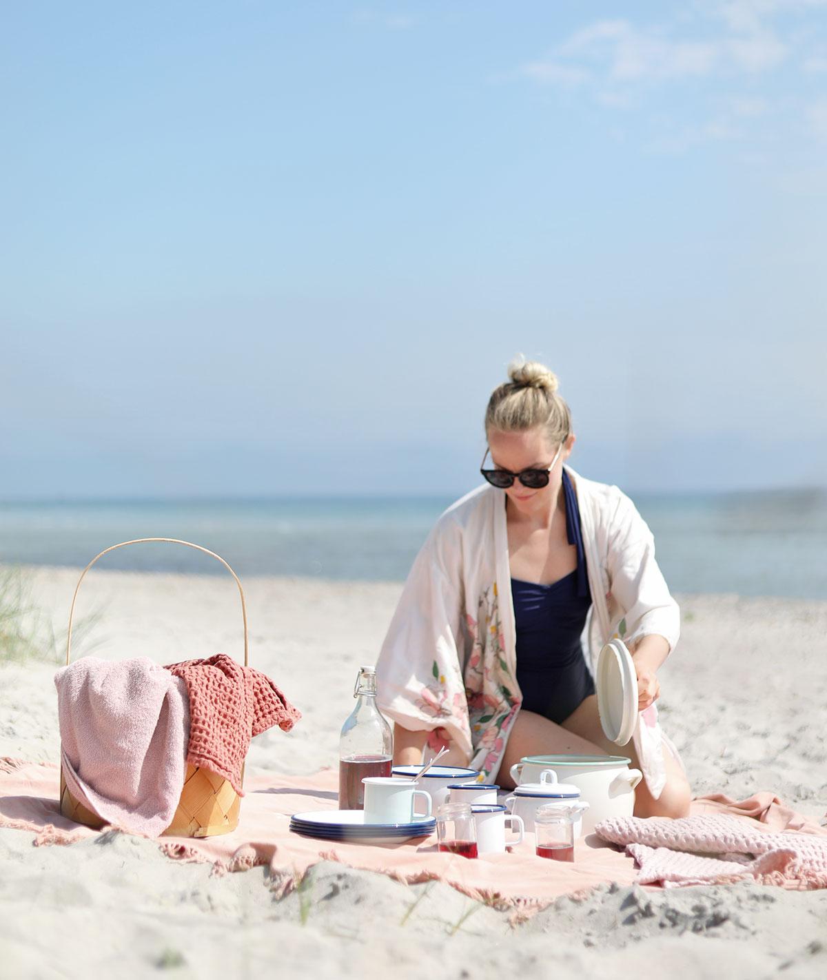 picknick kockums jernverk strand Gotland picknickmat mat recept vitviken åminne picknickkorg emalj sallad
